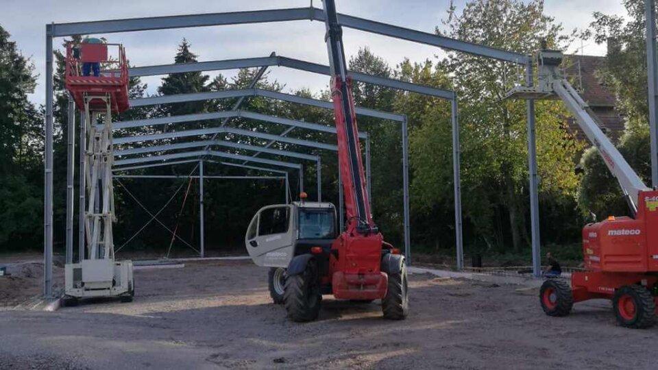 Die Tragkonstruktion der Halle wird gestellt