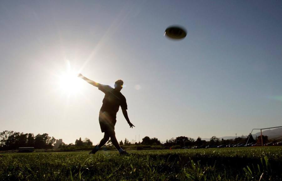 <strong>Ultimate Frisbee ist ein aufregender, schneller und fairer Mannschaftssport.</strong> Es vereint Elemente aus Fußball, Basketball und American Football zu einem sehr intensiven und doch körperlosen Spiel. Ausdauer und Schnelligkeit werden genauso gefordert wie Geschicklichkeit im Umgang mit der Frisbee-Scheibe und taktisches Verständnis. Grundvoraussetzung ist jedoch der faire, respektvolle Umgang mit dem Gegner.