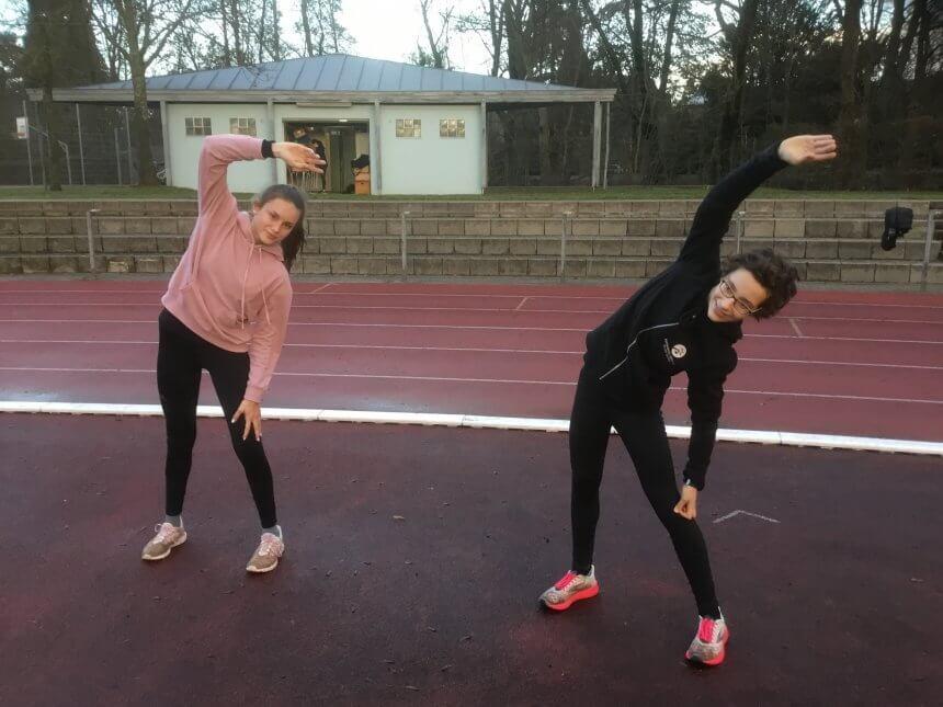 Charlotte Kreusch und Filine Allmeier wollen zur Schüler-DM - Lockerungsgymnastik nach einem 10km- Lauf